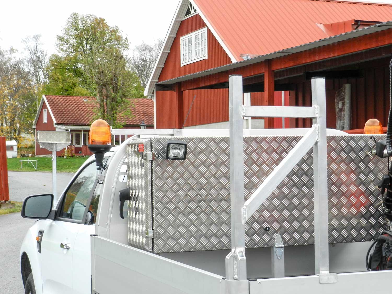 Bakomhyttskåp-framstamsskåp måttanpassad byggd av Almeco. Med flakstöd för transport av långt gods. Kranbil Ford Ranger. EA Gruppen i Västerås.
