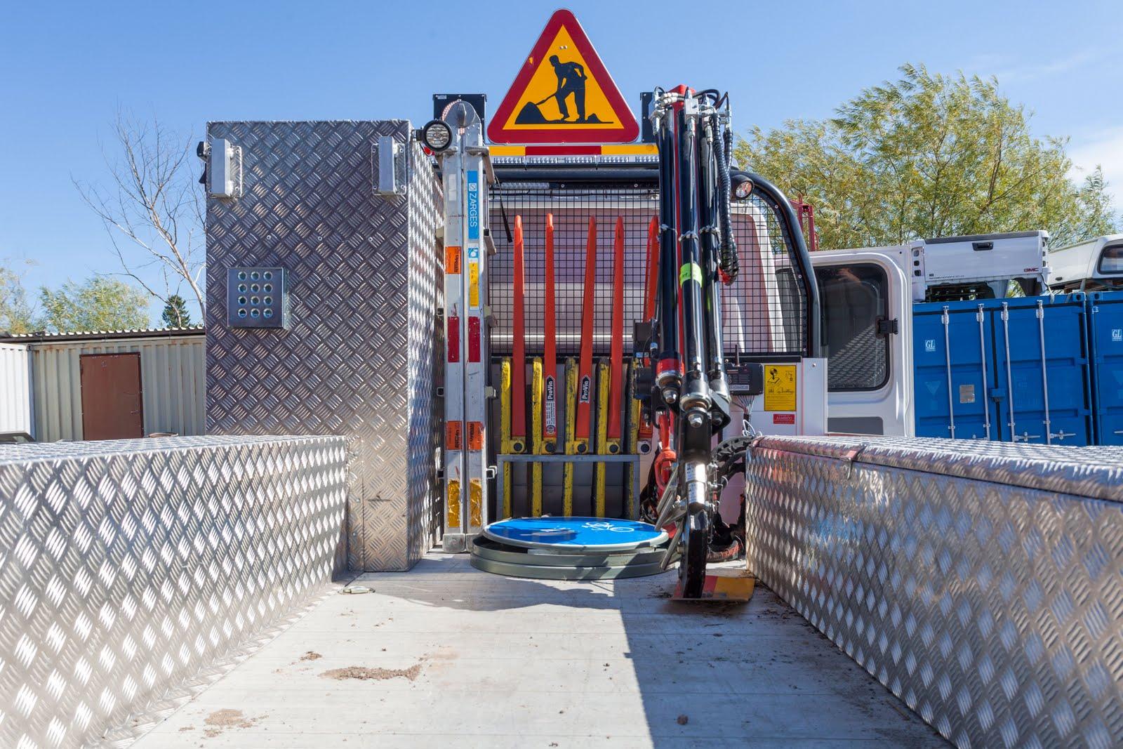 Bakomhyttskåp-framstamsskåp aluminium byggd av Almeco. Uppsala Kommun. VW Crafter Trafikservice.