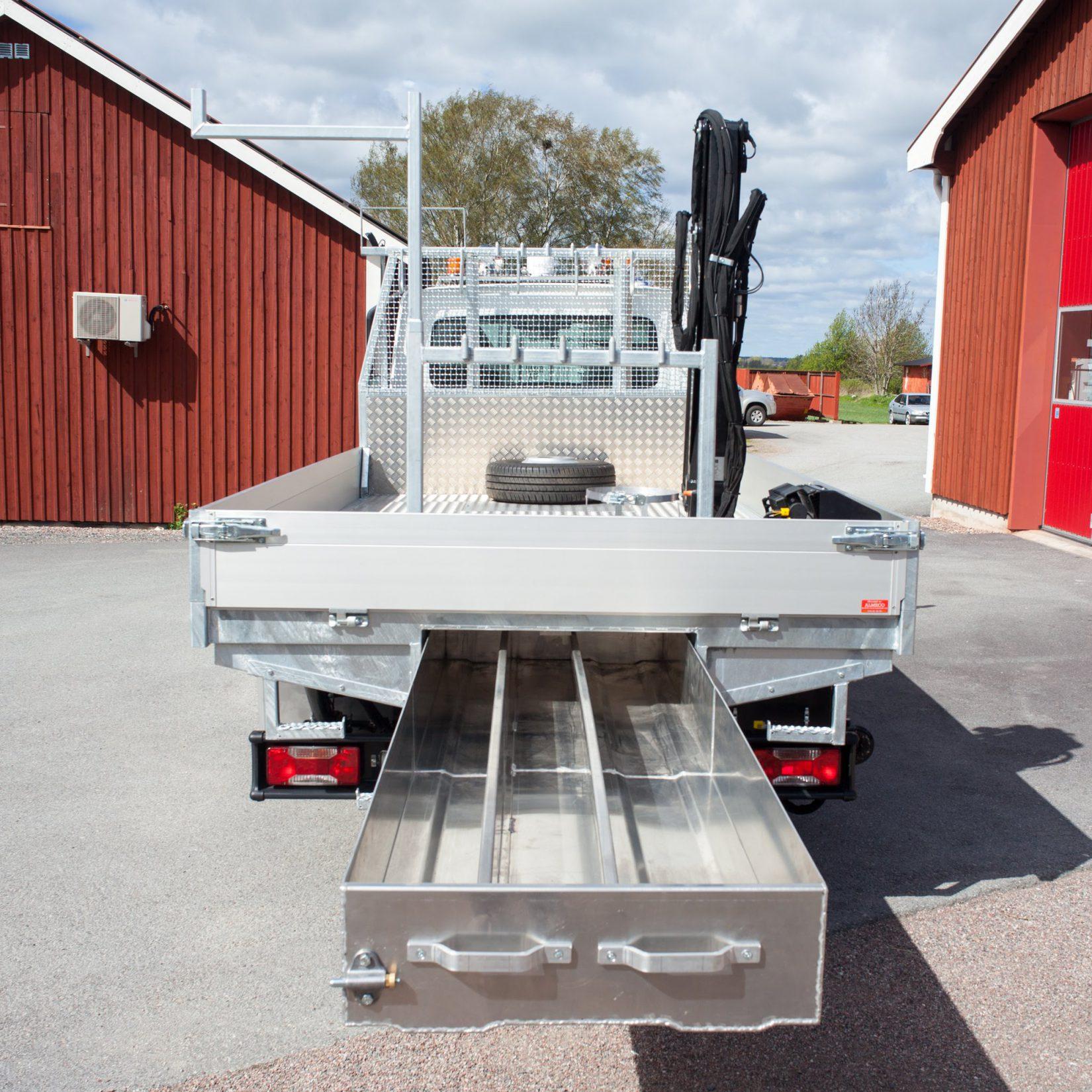 Utdragbar bakunderlåda måttanpassad byggd av Almeco. Kraftbolagsbil till Luleå Energi. För manöverstång-manöverstänger.