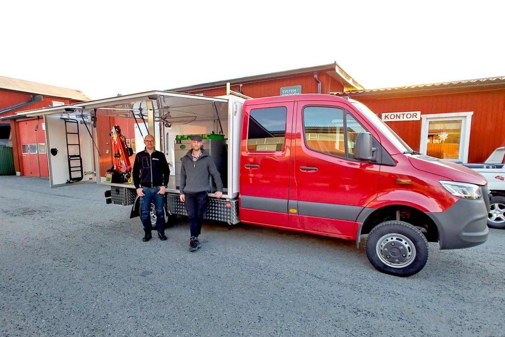 Kundrepresentanter Dala Kommunalteknik framför den av Almeco byggda kranutrustade servicebilen.