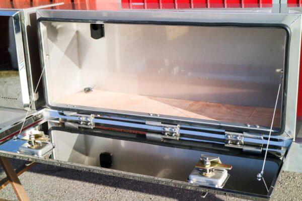 Flaklåda rostfri 1300. Montering under flak. Rostfritt stål. Längd: 1300 mm. Höjd: 400 mm. Djup: 300 mm.