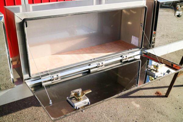 Flaklåda rostfri 950. Montering under flak. Rostfritt stål. Längd: 950 mm. Höjd: 400 mm. Djup: 300 mm.